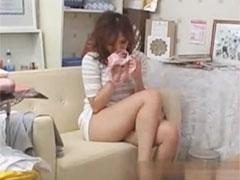 パンツの匂いを嗅ぐ女性