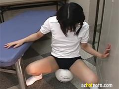 ボールをこすりつける娘
