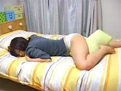 枕にこすりつけオナニー